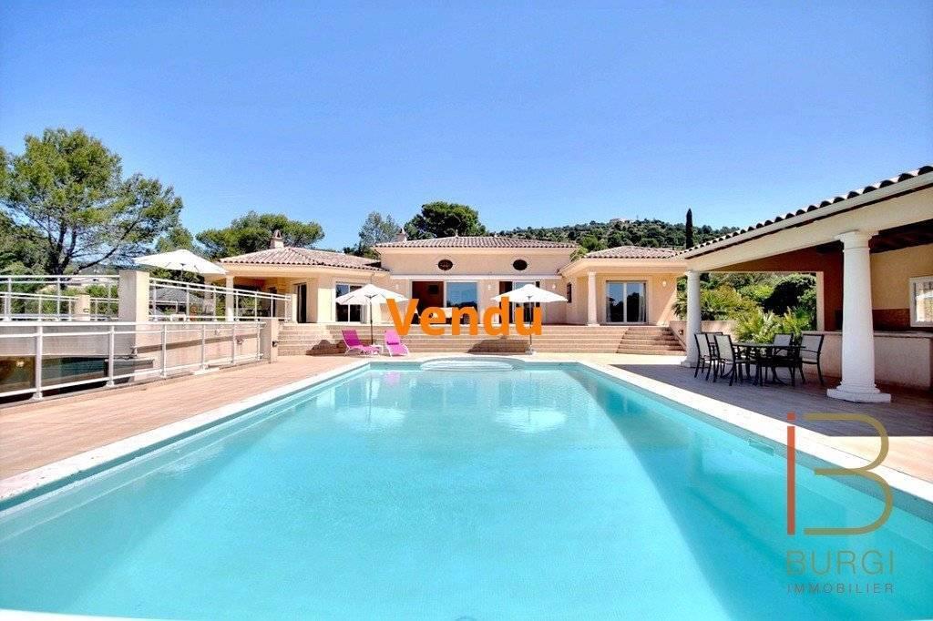 Villa d'architecte 7 pièces de 305 m² sur 4472 m² de terrain avec piscine. Exclusivité
